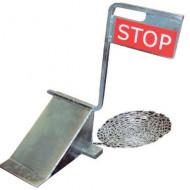 Cuneo blocca-ruota con cartello STOP