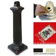 Posacenere a colonna nero in polietilene e acciaio.